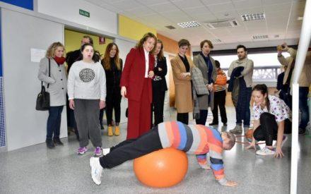 La consejera de Bienestar Social, Aurelia Sánchez visita a la Asociación AFYMOS de Socuéllamos