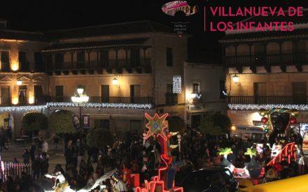 Los niños de Villanueva de los Infantes reciben a Los Reyes Magos bajo una lluvia de caramelos