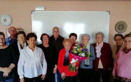 El Aula de Lectura y Escritura del Centro de Mayores de Valdepeñas ha celebrado el cumpleaños de Teresa con 97 años