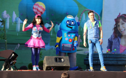 Mayores y pequeños no pararon de cantar y bailar con Juan D y Beatriz