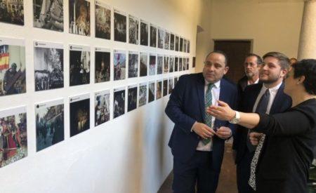 El portavoz del Gobierno regional, Nacho Hernando, ha asistido a la apertura de la IV Exposición Fotográfica de Semana Santa en Ciudad Real