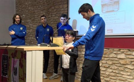 Jugadores del Viña Albali Valdepeñas asisten al Maratón de Poemas Solidario