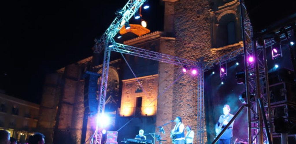 Los Secretos desglosan su historia musical en la plaza de Manzanares