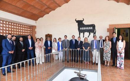 García-Page visita Bodegas Osborne en Tomelloso en el homenaje al empresario vitivinícola Pepe Raya