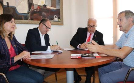 El Ayuntamiento de Manzanares suscribe un convenio con Cáritas