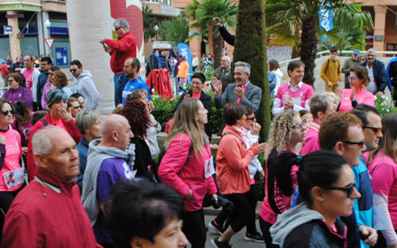 1.000 personas forman la 'marea rosa' en apoyo por la detección precoz del cáncer de mama, en Valdepeñas