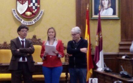 Vanessa Irla recibe a los ciudadanos de la localidad hermana de Cognac en el salón de plenos del ayuntamiento de Valdepeñas