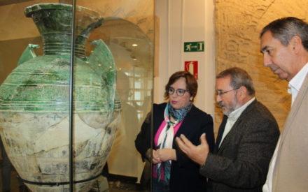 El Gobierno de CLM muestra una pieza arqueológica hallada en el Parque Arqueológico de Alarcos tras su restauración