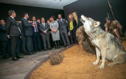 El presidente de Castilla-La Mancha ha inaugurado hoy la exposición 'La Caza: un desafío en evolución' en Ciudad Real
