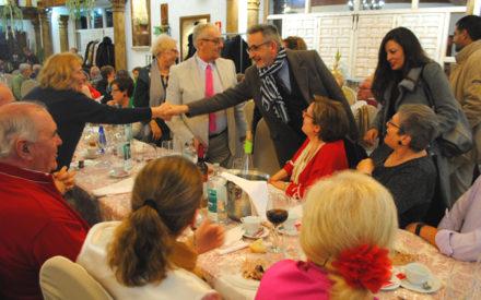 Jesús Martín acompaña a los mayores durante su tradicional comida de Navidad