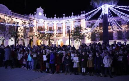 La Plaza de la Constitución de Manzanares se llena de villancicos gracias a 'Voces de Navidad'