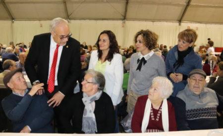 Julián Nieva felicita la Navidad a las personas mayores de Manzanares con una chocolatada
