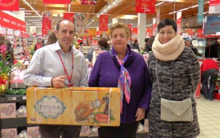 María Isabel Pérez, ganadora de la cesta de navidad de ValdeRec y Alcampo Valdepeñas