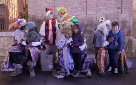 Los niños y niñas de Manzanares entregan sus cartas a los Reyes Magos