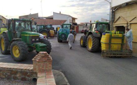 Agricultores de Viso colaboran en la desinfección de calles y espacios municipales