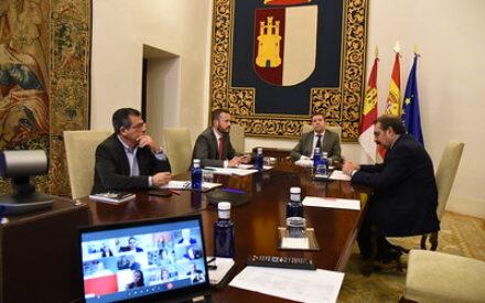 Reunión del presidente García-Page con operadoras, asociaciones y colegios de ingenieros que dan servicio en Castilla-La Mancha