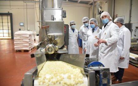 Emiliano García-Page, ha visitado hoy las empresas agroalimentarias La Casota en La Solana y Tosfrit en Manzanares
