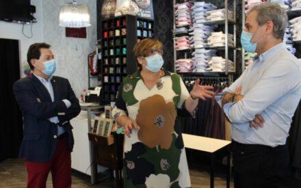 La delegada de la Junta, Carmen Olmedo visita el al establecimiento de moda 'Los Jóvenes Man' en Ciudad Real