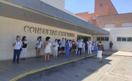"""La plataforma «Reconocimiento para los celadores ya"""" se ha concentrado en el Hospital General de Valdepeñas"""
