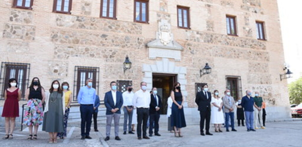 Concentración de un minuto de silencio a las puertas de las Cortes regionales