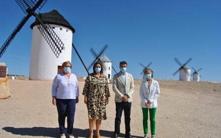 La viceconsejera de Cultura y Deportes, Ana Muñoz, visita a las obras de rehabilitación de los molinos de Viento de Campo de Criptana