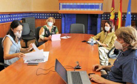 La delegada de la Junta, Carmen Teresa Olmedo se reúne con la alcaldesa de Villanueva de los Infantes, Carmen Montalbán