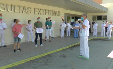 """La plataforma """"Reconocimiento para los celadores ya"""" se concentra en la puerta del Hospital de Valdepeñas"""