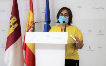 La delegada provincial de la Consejería de Igualdad, Manuela Nieto-Márquez presenta la reciente convocatoria de ayudas para recursos de atención a las mujeres