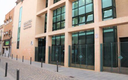La biblioteca municipal de Manzanares inicia el préstamo a domicilio para personas mayores y dependientes